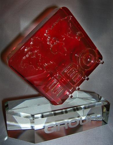 Красивая красная стеклянная форма
