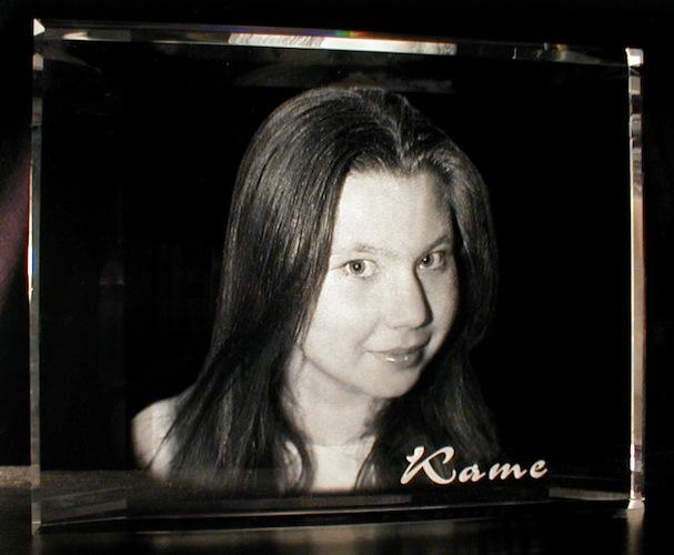 Фото девушки в стекле
