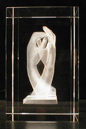 Переплетение рук в стекле