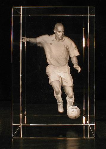 Футболист в стекле