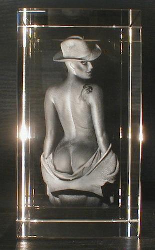 Девушка спиной в стекле