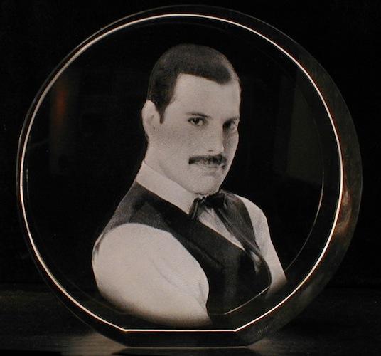 Фото мужчины в стекле
