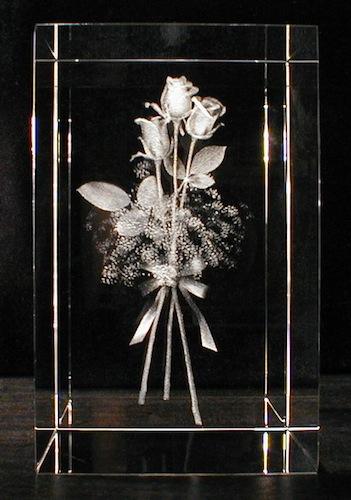 Три розы в стекле