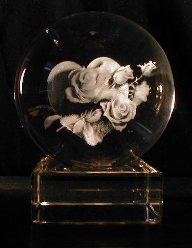 Розы с сердцем в стеклянном шаре